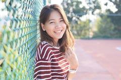 Stående av härligt toothy le för ung kvinna med den lyckliga framsidan Royaltyfria Foton