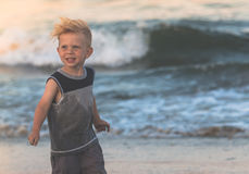 Stående av hållande solglasögon för barn Royaltyfri Bild