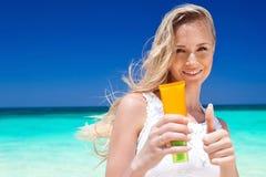Stående av hållande sunscreenkräm för kvinna Arkivfoto