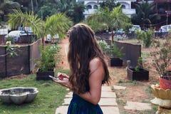 Stående av hår för  för ung flicka Ñ ett ursnyggt, sund livsstil och Arkivfoton