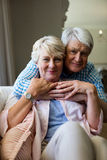 Stående av höga par som omfamnar sig Fotografering för Bildbyråer