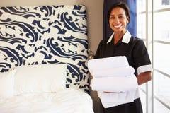 Stående av hembiträdet Tidying Hotel Room Royaltyfri Foto