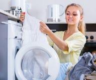 Stående av hemmafrun som ut tar tvagningmaskinen för kläder Royaltyfri Foto