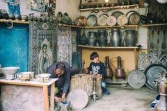 Stående av hovslagaren och hans son från Lahic Kopparproduktion och redskap i Lahiche - mitten av hemslöjdproduktion royaltyfri foto