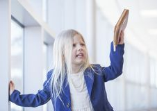 Stående av ilsket domderande för stilkläder för flicka i regeringsställning ropa Royaltyfria Foton