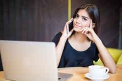 Stående av ilsket samtal för nätt kvinna på telefonen, medan sitta i kafét och tycka om kaffe Royaltyfria Foton