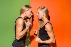 Stående av ilskna kvinnor arkivfoto