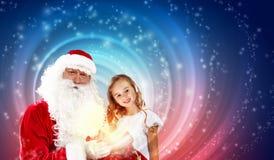 Stående av Santa Claus med en flicka arkivbild