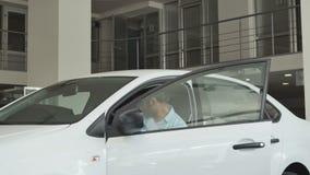 Stående av köparesammanträdet i bilen och kontroll av salongen lager videofilmer