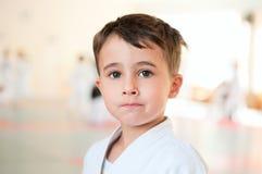 Stående av karatepojkeutbildning royaltyfri foto