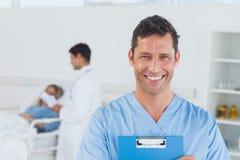 Stående av kirurgen med doktorn som deltar i tålmodign på bakgrund Royaltyfria Foton