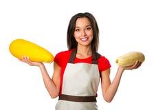 Stående av kocken för ung kvinna med vita grönsaker royaltyfri bild