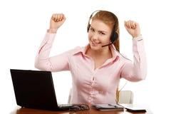 Stående av kontorsarbetaren på ett skrivbord med en dator Fotografering för Bildbyråer