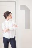 Stående av kvinnachefen på vit bakgrund Arkivbild