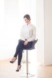 Stående av kvinnachefen på vit bakgrund Royaltyfria Bilder