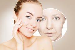 Stående av kvinnaframsidan över beiga med grafiska cirklar av Royaltyfria Bilder
