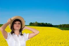 Stående av kvinnan i fält Arkivfoton