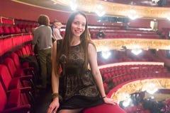 Stående av kvinnan i Granen Teatre del Liceu Arkivfoto