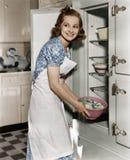 Stående av kvinnan i kök (alla visade personer inte är längre uppehälle, och inget gods finns Leverantörgarantier att det ska gör fotografering för bildbyråer