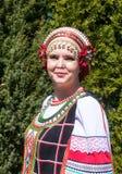 Stående av kvinnan i rysk folk-klänning Royaltyfri Fotografi