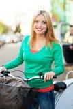Stående av kvinnan med cykeln fotografering för bildbyråer