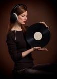Stående av kvinnan med det gammala grammofonrekordet Royaltyfria Bilder