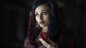 Stående av kvinnan med en ros Arkivfoto