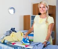 Stående av kvinnan med järn och tvätterit arkivbild