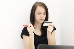 Stående av kvinnan med kreditkorten arkivbild
