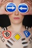 Stående av kvinnan med trafiktecken Arkivfoton