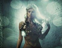 Stående av kvinnan med utsmyckade smycken Royaltyfria Bilder