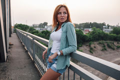 Stående av kvinnan på bron Arkivbild