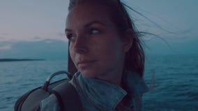 Stående av kvinnan på däck av fartyget på solnedgången arkivfilmer