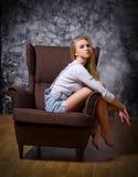 Stående av kvinnan på stol arkivfoto