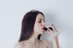 Stående av kvinnan som dricker rött vin Royaltyfria Foton