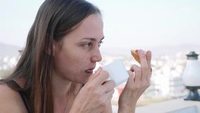 Stående av kvinnan som har en frukost i kafé på terrass Slapp fokus stock video