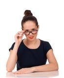 Stående av kvinnan som ser över exponeringsglas Arkivfoton