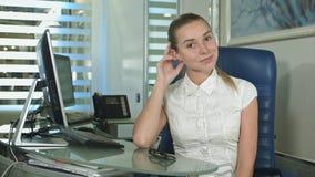 Stående av kvinnasammanträde i det upptagna idérika kontoret som ser kameran royaltyfri bild