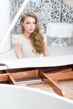 Stående av kvinnasammanträde på pianot fotografering för bildbyråer
