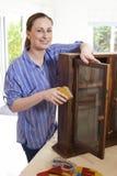Stående av kvinnaUpcycling träkabinett hemmastatt fotografering för bildbyråer