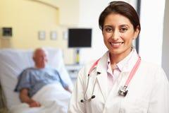 Stående av kvinnlig bakgrund för doktor With Patient In Arkivfoto