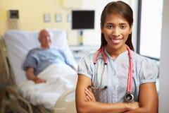 Stående av kvinnlig bakgrund för doktor With Patient In Arkivfoton