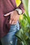 Stående av kvinnligs förlovningsring royaltyfri fotografi