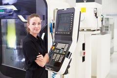 Stående av kvinnligt maskineri för teknikerOperating CNC royaltyfri fotografi