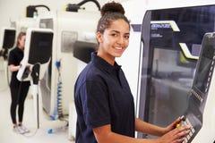 Stående av kvinnligt maskineri för teknikerOperating CNC royaltyfri foto