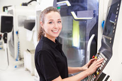 Stående av kvinnligt maskineri för teknikerOperating CNC royaltyfria bilder