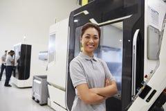 Stående av kvinnligt maskineri för teknikerOperating CNC i fabrik arkivfoto