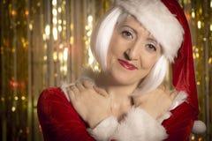 Stående av kvinnligt Santa Claus omfamna Fotografering för Bildbyråer