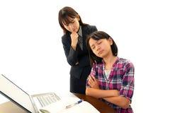 Stående av läraren med flickan som ser orolig arkivfoton