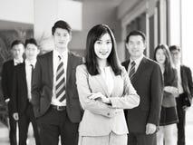 Stående av laget av asiatiskt affärsfolk arkivbilder